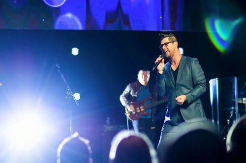 Jason Crabb sings, reminding crowd that God cares for you and your pain